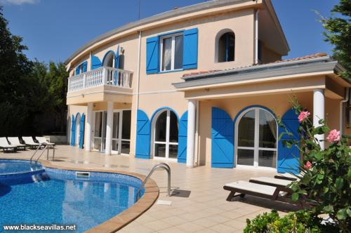 Rent a fantastic 4BED villa with pool!